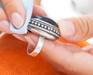 Come pulire i gioielli in argento